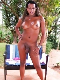Athletic ebony shemale babe posing outdoors